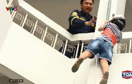 Hướng dẫn trẻ cách thoát hiểm an toàn khi xảy ra hỏa hoạn tại nhà cao tầng
