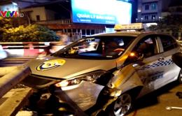 Lái xe taxi ngủ ngật đâm vỡ thành cầu Chương Dương