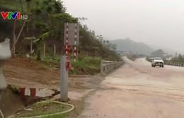 Bất lực ngăn cản phá rào chắn trên cao tốc Nội Bài - Lào Cai
