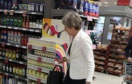 Thủ tướng Anh cùng chồng đi siêu thị sau khi tuyên bố từ chức