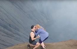 Hồi hộp cảnh cầu hôn trên miệng núi lửa cao hơn 2.300 mét