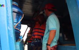 Tạm giữ tàu chở dầu trái phép trên vùng biển Tây Nam