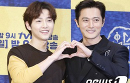 """Song Joong Ki """"tình cảm"""" bên Jang Dong Gun ra mắt phim mới"""