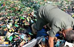 Indonesia nghiền nát 18.000 chai rượu lậu