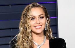 Miley Cyrus giải thích nguyên nhân nhắc tới Nicki Minaj và Cardi B trong ca khúc mới