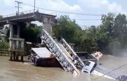Đồng Tháp: Sập cầu, xe tải rơi xuống kênh