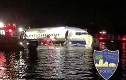 Máy bay Boeing 737 chở gần 150 người lao xuống sông
