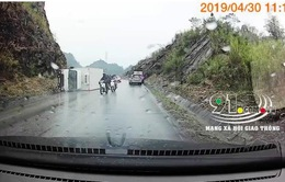 Clip: Xe tải mất lái đâm vào vách núi
