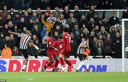 """VIDEO Newcastle 2-3 Liverpool: Thắng nghẹt thở, The Kop """"cầm cờ"""" thách thức Man City"""