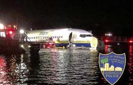 Mỹ điều tra nguyên nhân máy bay Boeing 737 lao xuống sông