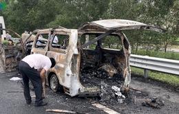 Phát hiện 1 thi thể trong xe ô tô 7 chỗ bị cháy rụi trên cao tốc