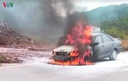 Đang chạy, ô tô bốc cháy ngùn ngụt trơ khung trên quốc lộ