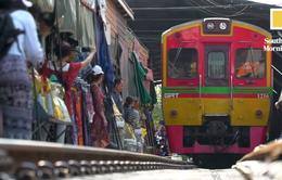 Thái Lan cảnh báo mất an toàn khi chụp ảnh selfie ở chợ cạnh đường ray