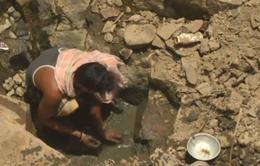 Người dân Ấn Độ phải leo xuống giếng sâu 12m để gạn chút nước bùn