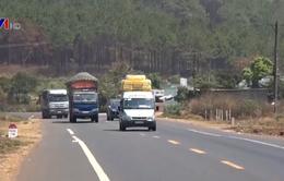 Hiểm họa từ xe khách chở hàng cồng kềnh trên quốc lộ