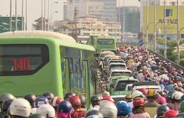 TP.HCM: Người dân khổ sở khi đi qua cầu Kênh Tẻ
