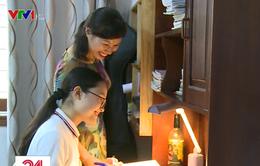 Phụ huynh đồng hành cùng con đón nhận kết quả thi vào lớp 10