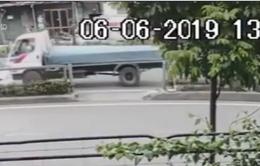 Quay đầu xe sai quy định, ô tô bị xe tải đâm ngang thân xe