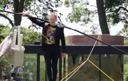 Thót tim với màn biểu diễn đi trên dây của nghệ sỹ 69 tuổi