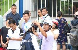 """Gần 90.000 học sinh thi vào lớp 10 ở Hà Nội: Con làm bài, cha mẹ như ngồi trên """"đống lửa"""""""