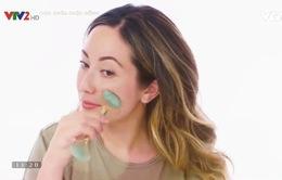 Massage da mặt với thanh lăn ngọc bích
