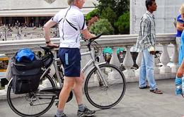 Cởi trần đạp xe, 2 du khách bị phạt tiền