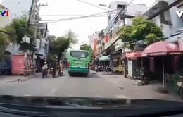 Xe máy suýt bị xe bus cán vì vượt ẩu