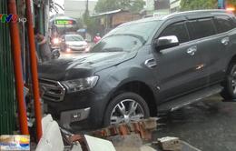 Ô tô mất lái tông sập tường nhà dân