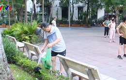 Người tự nguyện làm sạch đẹp vườn hoa Tao Đàn, Hà Nội
