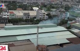 """Nhà máy giấy """"nhả khói"""" tra tấn khu dân cư"""