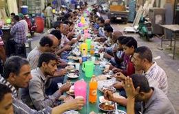 Bàn ăn dài... 3km trong dịp lễ Ramadan