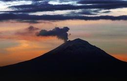 Núi lửa phun trào trong đêm tại Mexico