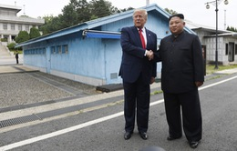 VIDEO: Cái bắt tay lịch sử giữa ông Donald Trump và ông Kim Jong-un tại DMZ