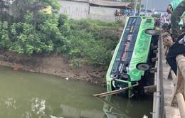 Xe khách lao xuống sông ở Thanh Hóa, nhiều người thương vong