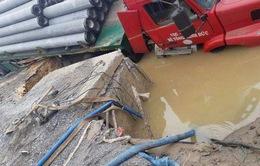 Kịp thời khắc phục sự cố ống nước đoạn chân cầu vượt Phú Thụy