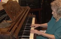 Cụ bà 108 tuổi chơi Piano hàng ngày