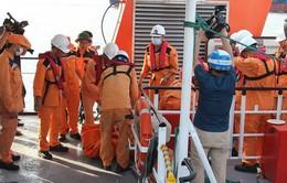 Đưa thi thể thuyền viên Nghệ An gặp nạn trên biển về đất liền