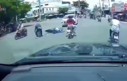 Người phụ nữ ngang nhiên vượt đèn đỏ gây tai nạn rồi lạnh lùng bỏ đi