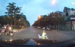 Bé trai 4 tuổi đi xe đạp đồ chơi băng qua đường suýt xảy ra TNGT