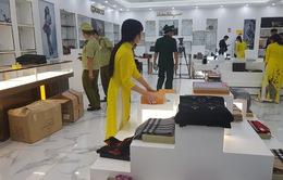 Thu giữ lượng lớn hàng hóa có dấu hiệu vi phạm quyền sở hữu trí tuệ tại 2 trung tâm mua sắm ở Móng Cái