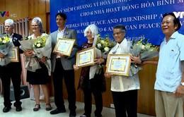 """Trao Kỷ niệm chương """"Vì hòa bình, hữu nghị giữa các dân tộc"""" cho các nhà hoạt động hòa bình Mỹ"""