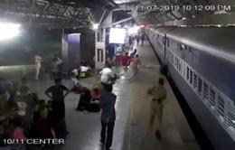 Ấn Độ: Cứu phụ nữ rơi xuống khe sân ga