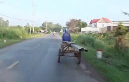Chở hàng hóa cồng kềnh - Hiểm họa tai nạn trên đường