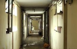 Người dân bất chấp nguy hiểm bám trụ chung cư cũ