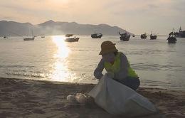 Nhóm tình nguyện viên làm sạch biển tại Nha Trang