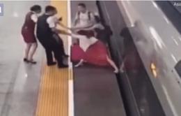 """Người phụ nữ cản tàu cao tốc """"gây bão"""" tại Trung Quốc"""