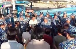 Hải quân hỗ trợ ngư dân bám biển