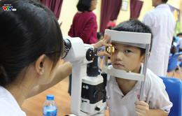 Nhận biết và phòng tật khúc xạ cho trẻ