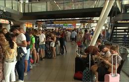 Hàng nghìn hành khách bị mắc kẹt tại sân bay ở Amsterdam