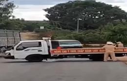 """Vụ xe chở gỗ tông thẳng xe cảnh sát: Tài xế bị điều tra tội """"giết người"""""""